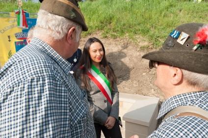 Irene Priolo a colloquio con un gruppo di Alpini all'Inaugurazione del Cippo del Triumvirato
