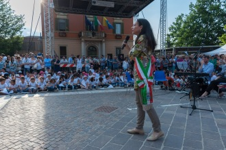 Irene Priolo in piazza con i bambini delle scuole